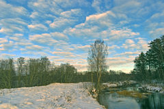 Primera nieve en los rayos del sol poniente. Imagenes de archivo