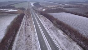 Primera nieve en una carretera nacional Silueta del hombre de negocios Cowering almacen de metraje de vídeo
