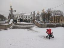 Primera nieve Invierno de la rapsodia Silla de ruedas escaleras Ciudad del puente del norte Fotografía de archivo
