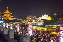 Primera noche china del Año Nuevo en muelle alegre-pintado del placer-barco Imágenes de archivo libres de regalías