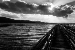 Primera opinión de la persona de un embarcadero largo en el lago Trasimeno, Umbría, wi imagen de archivo libre de regalías