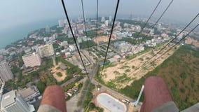 Primera opinión de la persona un hombre que se coloca al borde del tejado para un salto extremo tailandia almacen de metraje de vídeo