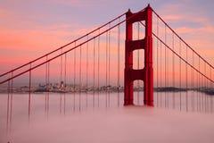 Primera torre de puente Golden Gate en niebla Fotos de archivo