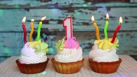 Primera torta de cumpleaños feliz y número rojo una vela almacen de metraje de vídeo