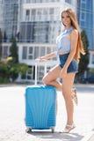 Primera vez en Europa-retrato de una muchacha hermosa con una maleta Imágenes de archivo libres de regalías