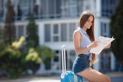 Primera vez en Europa-retrato de una muchacha hermosa con una maleta Foto de archivo libre de regalías