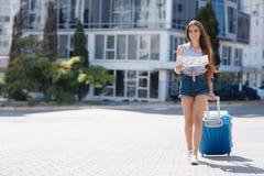 Primera vez en Europa-retrato de una muchacha hermosa con una maleta Foto de archivo