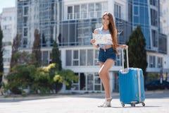 Primera vez en Europa-retrato de una muchacha hermosa con una maleta Imagen de archivo