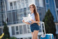 Primera vez en Europa-retrato de una muchacha hermosa con una maleta Fotografía de archivo libre de regalías