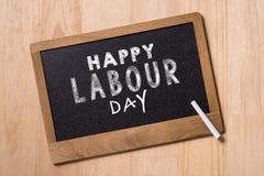 Primero de mayo, el 1 de mayo Pequeño tablero de tiza con Día del Trabajo del texto El día de los trabajadores internacionales Foto de archivo libre de regalías