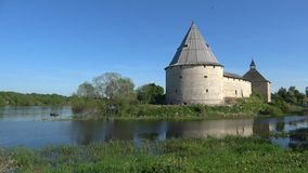 Primero de mayo soleado en la fortaleza antigua Ladoga viejo, Rusia metrajes