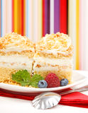 _primero opinión of azotar poner crema torta adornar con baya Foto de archivo