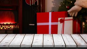 Primero plano de madera con el fondo de la Navidad de Papá Noel con los regalos almacen de metraje de vídeo