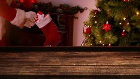 Primero plano de madera con el fondo de la Navidad de Papá Noel que trae los regalos al almacenamiento almacen de video