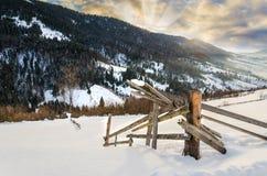 Primero plano de madera de las cercas Mountain View del invierno en el amanecer, el ` del sol Imagenes de archivo