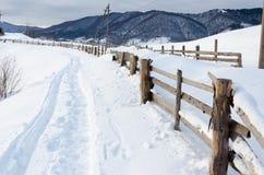 Primero plano de madera de las cercas Mountain View del invierno en el amanecer, el ` del sol Fotografía de archivo libre de regalías