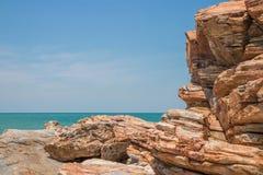 Primero plano del acantilado de la roca y fondo del mar Imagen de archivo libre de regalías