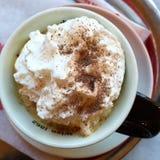 Primero poner crema azotado del café Foto de archivo libre de regalías