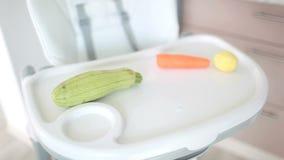 Primeros alimentos para niños adultos almacen de video
