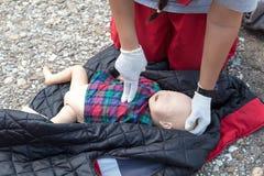 Primeros auxilios del maniquí infantil CPR fotografía de archivo
