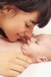 Primeros días de encuentro para poseer al bebé fotos de archivo