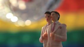 Primeros gay de la torta del novio con la bola de discoteca almacen de metraje de vídeo
