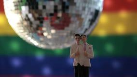 Primeros gay de la torta del novio delante de la bandera del arco iris almacen de video