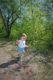 Primeros pasos de progresión del niño en la naturaleza fotos de archivo libres de regalías