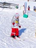 Primeros pasos de progresión en el esquí Fotos de archivo libres de regalías