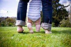Primeros pasos de progresión del bebé Fotos de archivo libres de regalías