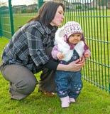 Primeros pasos de progresión del bebé en el parque. Imágenes de archivo libres de regalías