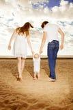 Primeros pasos del niño La familia feliz está ayudando a tomas del bebé primero Imágenes de archivo libres de regalías