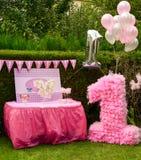 Primeros regalos de las decoraciones de la fiesta de cumpleaños Imagenes de archivo