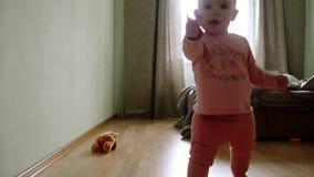 Primi punti del bambino del bambino che imparano camminare in salone Caduta e stare su archivi video