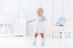 Primi punti del neonato che imparano camminare Immagini Stock