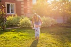 Primi punti di piccolo bambino felice e sveglio adorabile del ragazzo del bambino, che impara camminare con la madre, concetto di Fotografie Stock Libere da Diritti