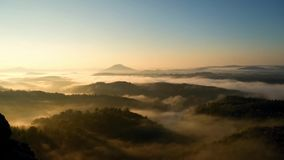 Primi raggi del sole dell'alba fredda di autunno nel paesaggio collinoso I picchi della collina sono aumentato dal mare nebbioso  archivi video