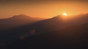 Primi raggi di innalzamento del sole immagine stock