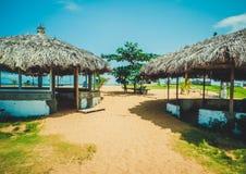 Primitief met rietstrand dat cabanas wordt behandeld Monrovia de hoofdstad van Liberia, Afrika Royalty-vrije Stock Foto's