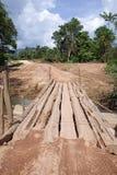 Primitieve Logboekbrug bij de Landweg stock afbeelding