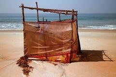 Primitiv cabana (ändrande stall) på den tropiska stranden royaltyfria bilder