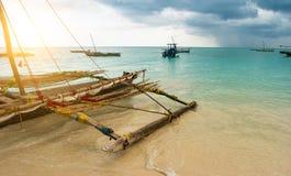 Primitiva enkla fartyg, afrikansk lokal by, lugna vatten Arkivbild
