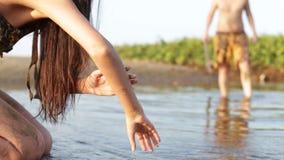 Primitivt kvinnadrinkvatten från dammet lager videofilmer