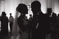 Primo ballo delle persone appena sposate in ristorante Siluetta dello sposo e della sposa Rebecca 36 immagini stock libere da diritti