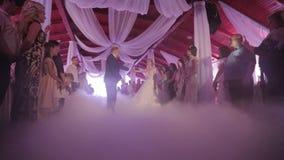 Primo ballo dello sposo e della sposa Ballo nel destaurant video nozze stock footage