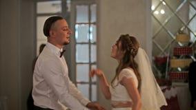 Primo ballo di nozze di giovane bella coppia sposata nell'amore in ristorante Fine in su stock footage