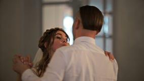 Primo ballo di nozze di giovane bella coppia sposata nell'amore in ristorante Fine in su archivi video