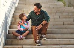 Primo giorno al banco il padre conduce la ragazza della scuola del piccolo bambino nella f fotografie stock libere da diritti