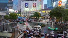Primo giorno in attraversamento dei pedoni di jidai di Reiwa di periodo di Reiwa al distretto di Shibuya in un giorno piovoso archivi video