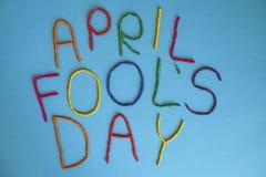 Primo giorno dei pesci d'aprile della fonte divertente scritto in plastecine dei colori differenti Fotografie Stock Libere da Diritti